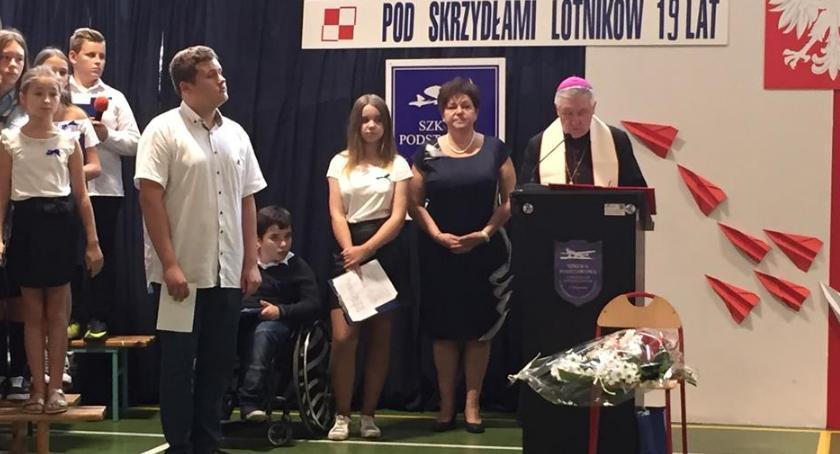 Edukacja - nauka, Wiązowna Święcił biskup gratulował prezydent - zdjęcie, fotografia