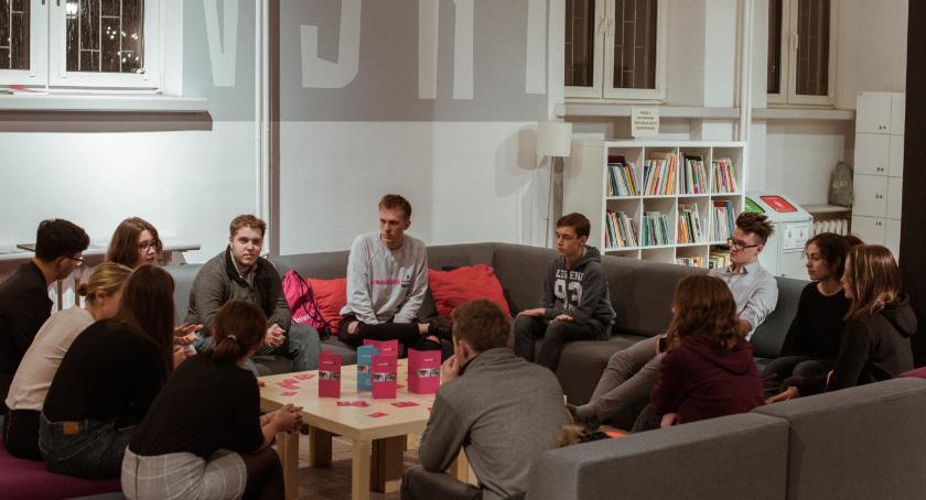 Edukacja - nauka, Młodzi wybierają wolontariat - zdjęcie, fotografia