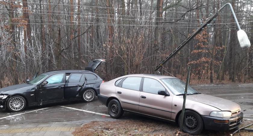 Wypadki drogowe , Śródborów poślizgiem słup - zdjęcie, fotografia