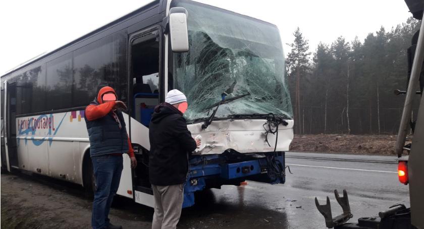 Wypadki drogowe , Kolizja udziałem autobusu - zdjęcie, fotografia