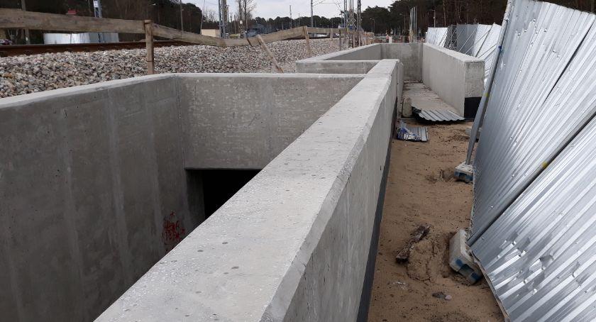 Infrastruktura, Przejście torami wygodne funkcjonalne - zdjęcie, fotografia