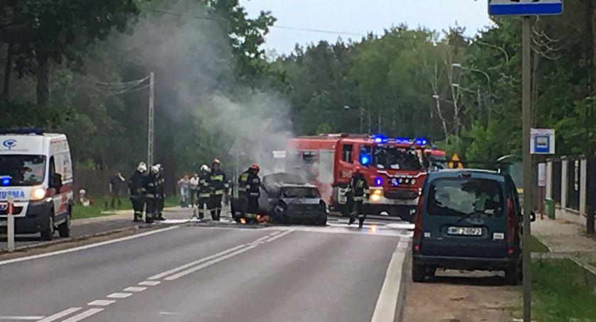 Komunikacja - drogi , Samochód osobowy stanął płomieniach - zdjęcie, fotografia