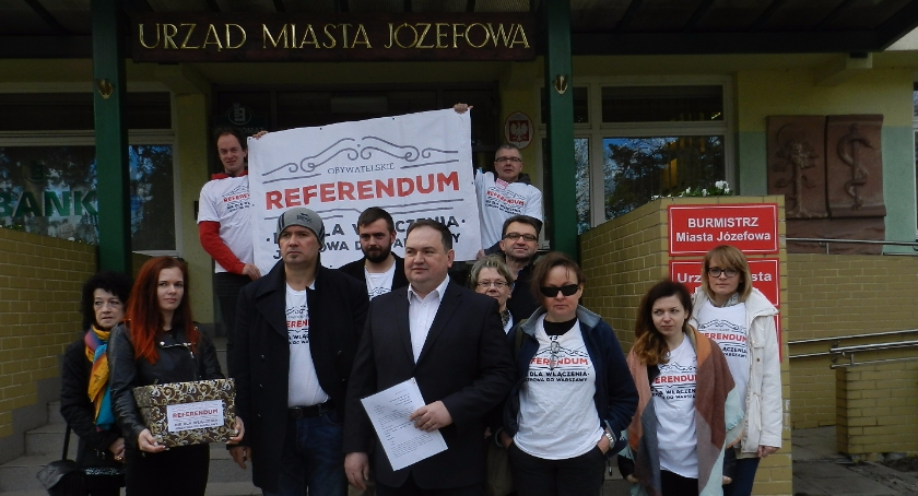 Polityka, tysiące podpisów organizacją referendum Józefowie - zdjęcie, fotografia