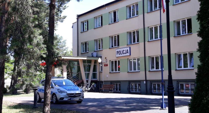 Kronika kryminalna, przez szparę ścianie - zdjęcie, fotografia