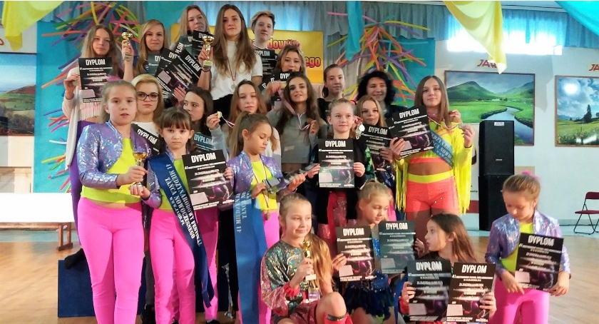 Taniec, puchary medali tancerek Wiązowna - zdjęcie, fotografia