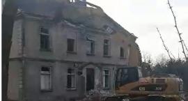 Z dachu sypnął się... azbest (video)