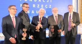 Statuetki Ryszarda Kozłowskiego nagrodami naukowców