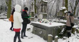 Konserwator zabytków na grodziskim cmentarzu