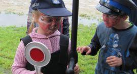 Policjanci z dziećmi w dniu ich święta