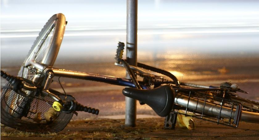 WYPADEK, Potrącenie rowerzysty przejściu pieszych - zdjęcie, fotografia