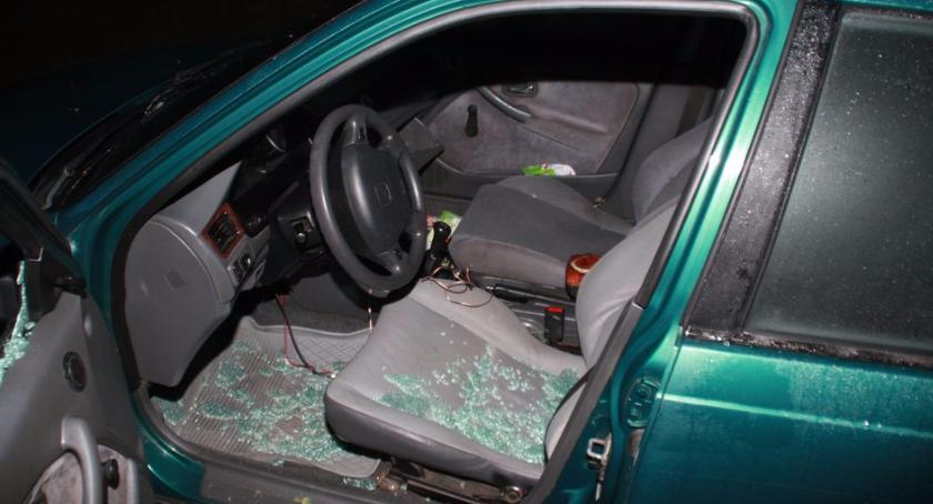 Przestępstwa i Wykroczenia , Złodziej radia samochodowego złapany gorącym uczynku - zdjęcie, fotografia