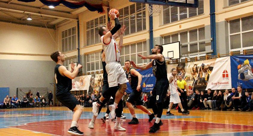 Koszykówka , Basket przegrywa Dzikami Warszawa - zdjęcie, fotografia