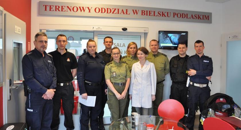 ZDROWIE, Bielscy strażacy policjanci oddali hołdzie Żołnierzom Wyklętym - zdjęcie, fotografia