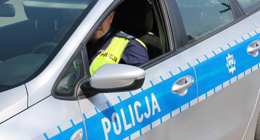 PRZESTĘPSTWA I WYKROCZENIA, Mężczyzna pościgu zatrzymał pijanego kierowcę oddał ręce policji - zdjęcie, fotografia
