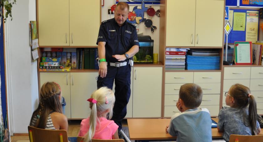 Prewencja , Policja edukuje dzieci BEZPIECZNA DROGA SZKOŁY - zdjęcie, fotografia