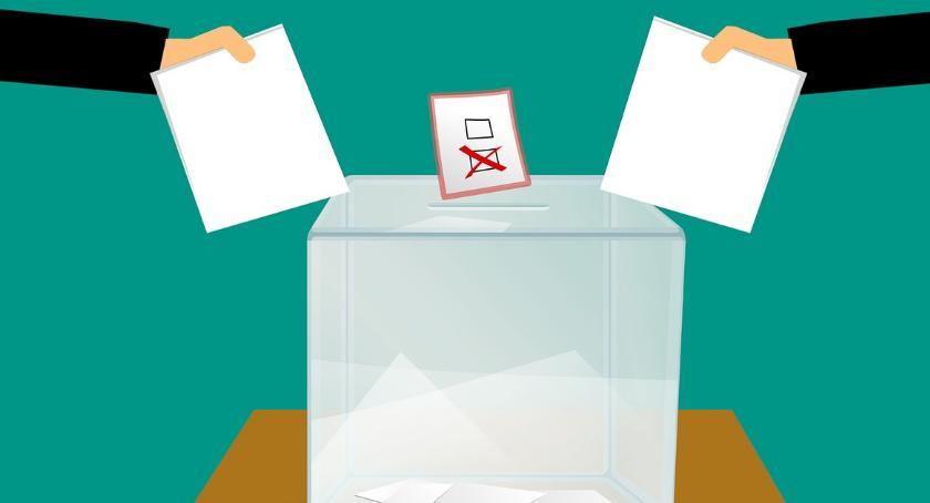 Polityka, Wybory Gminie listy kandydatów - zdjęcie, fotografia