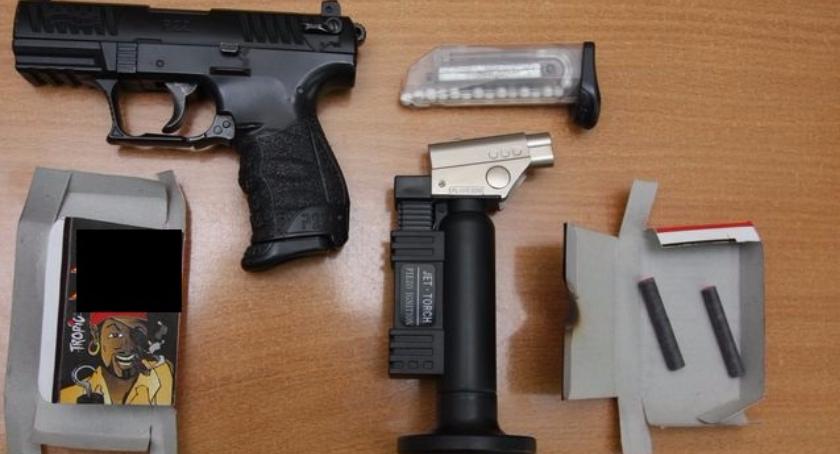 WYPADEK, latkowie zatrzymani posiadanie repliki broni palnej noża - zdjęcie, fotografia