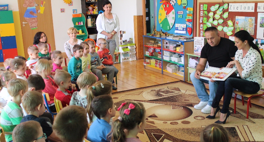 EDUKACJA, Janusz Marta Konopla czytają dzieciom Przedszkolu Oddziałami Integracyjnymi - zdjęcie, fotografia