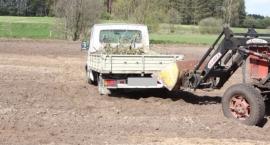 Knorozy – ciężarowy renault przejechał pracującego na polu mężczyznę