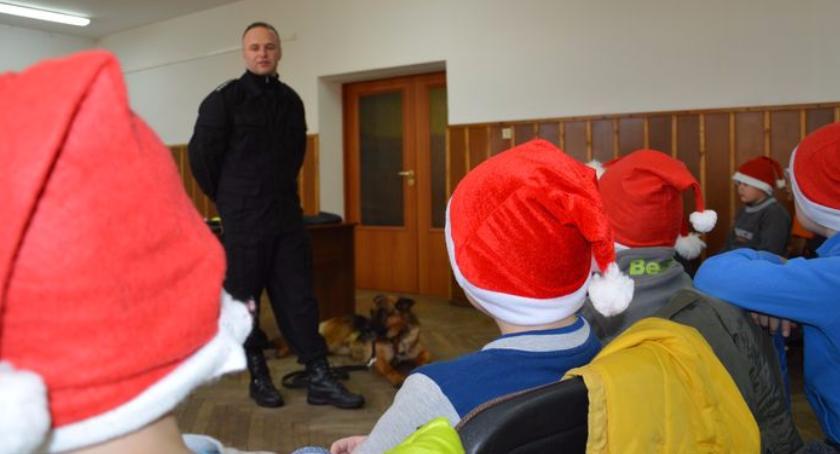 Komunikaty policji, Pomocnicy Mikołaja odwiedzili biłgorajską komendę - zdjęcie, fotografia