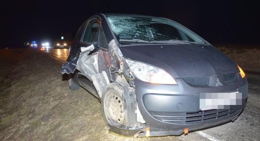 Komunikaty policji, Wszedł wprost koła samochodu - zdjęcie, fotografia