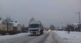 Zima w natarciu - tiry zablokowały pas drogi