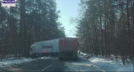 Ciężarówka zablokowała drogę