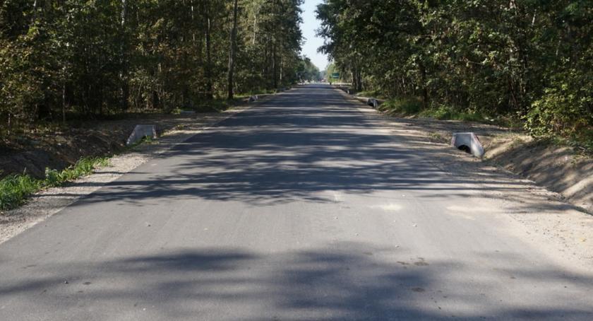 Inwestycje, Droga Makowie Nowym asfaltową nawierzchnią - zdjęcie, fotografia