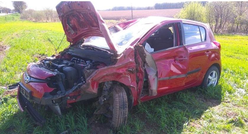 Wypadki drogowe, Hyundai wjechał dachował (zdjęcia) - zdjęcie, fotografia