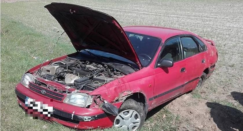 Wypadki drogowe, Toyota wpadła Autem podróżowała kobieta dwójką dzieci (zdjęcia) - zdjęcie, fotografia