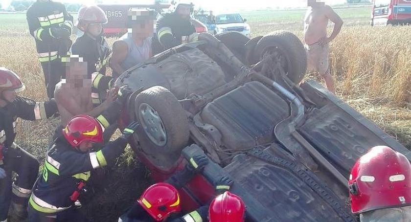 Wypadki drogowe, Honda dachowała niedaleko Ciechanowa osoby były zakleszczone aucie (zdjęcia) - zdjęcie, fotografia