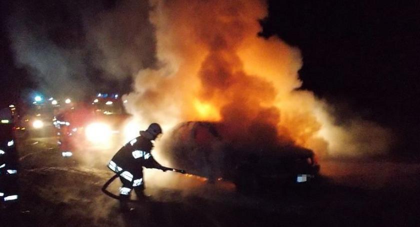 Pożary, Mercedes zapalił niedaleko Ciechanowa (zdjęcia) - zdjęcie, fotografia