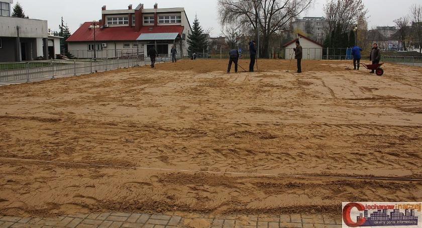 Inne Sporty, Ciechanowie ruszył montaż sztucznego lodowiska - zdjęcie, fotografia