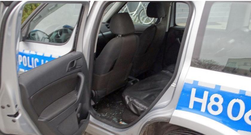 Kronika kryminalna, sąsiadów Zaatakowali policjantów uszkodzili radiowóz - zdjęcie, fotografia