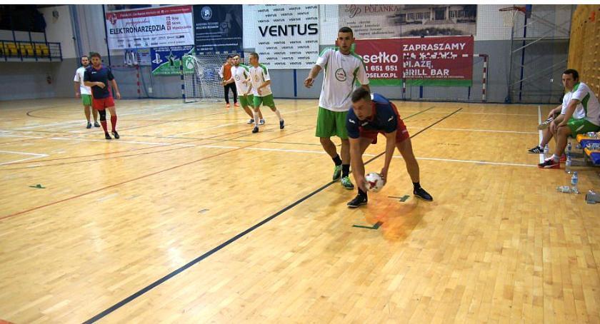 Piłka Nożna, Zakładowa Straż Pożarna Ciechanów zmniejszyły dystans lidera - zdjęcie, fotografia
