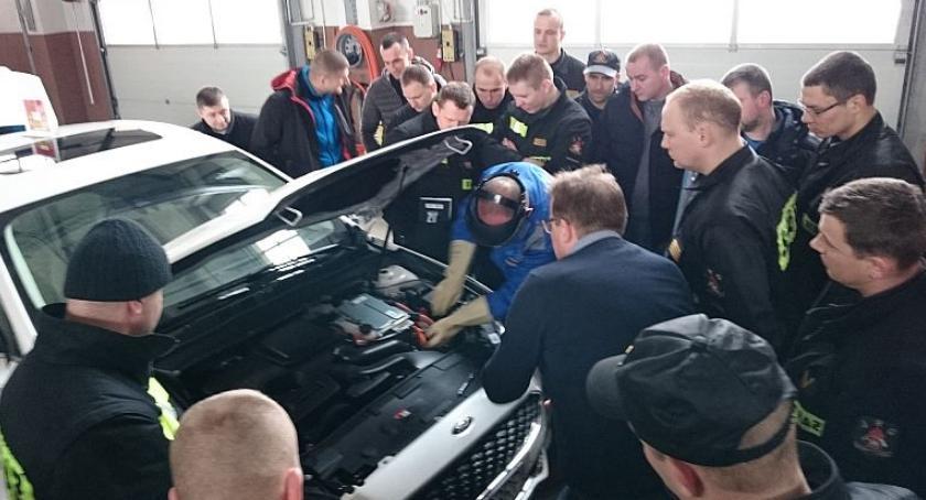 Działania Strażaków, Strażacy Ciechanowa poznawali specyfikę pojazdów hybrydowych [zdjęcia] - zdjęcie, fotografia