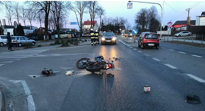 Wypadki drogowe, Zderzenie Fiata motorowerem Ranny latek [zdjęcia] - zdjęcie, fotografia