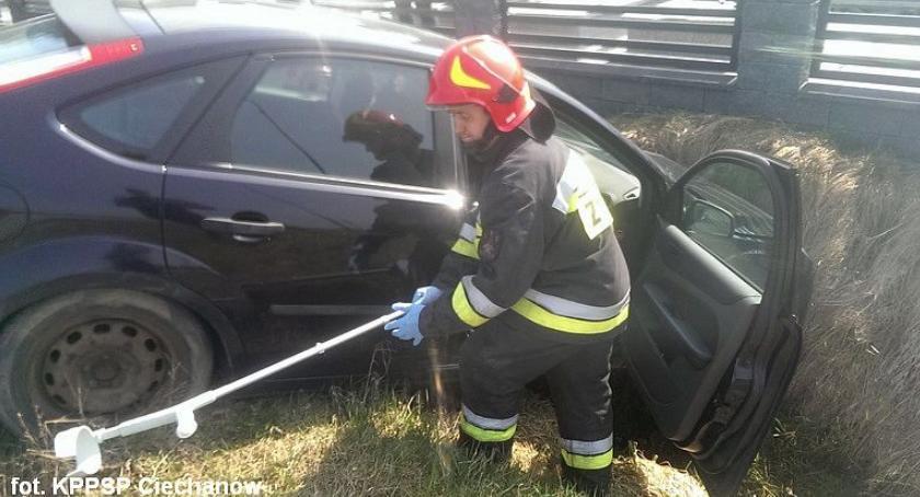 Wypadki drogowe, Ciechanowie wypadł ronda uderzył hydrant wylądował rowie [zdjęcia] - zdjęcie, fotografia