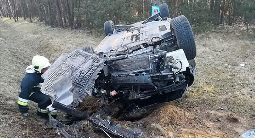 Wypadki drogowe, Dachowanie Volkswagena krajówce niedaleko Glinojecka [zdjęcia] - zdjęcie, fotografia