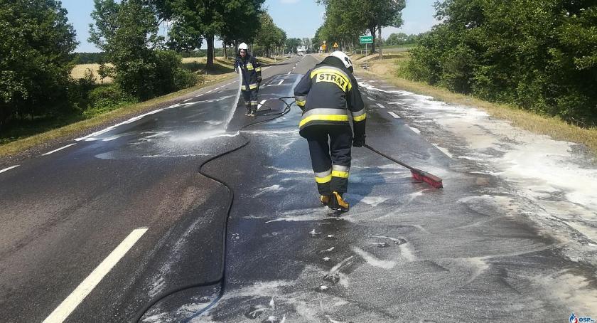 Pozostałe Interwencje, Plama drodze Ciągnęła przez kilkaset metrów [zdjęcia] - zdjęcie, fotografia