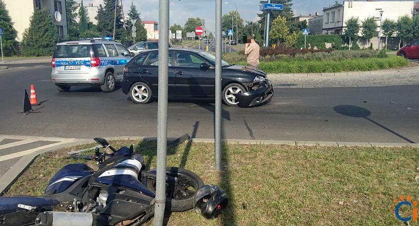 Wypadki drogowe, Wypadek rondzie centrum Ciechanowa Ranny nastoletni motocyklista [zdjęcia] - zdjęcie, fotografia