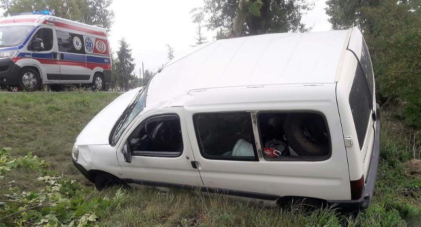 Wypadki drogowe, Peugeot uderzył drzewo Matka dziećmi trafili szpitala [zdjęcia] - zdjęcie, fotografia