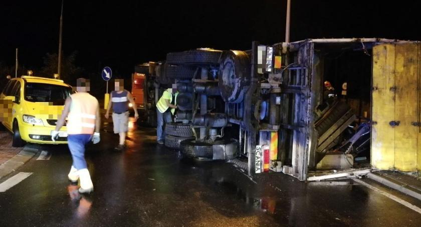Wypadki drogowe, Ciężarówka wywróciła rondzie Ciechanowie [zdjęcia] - zdjęcie, fotografia