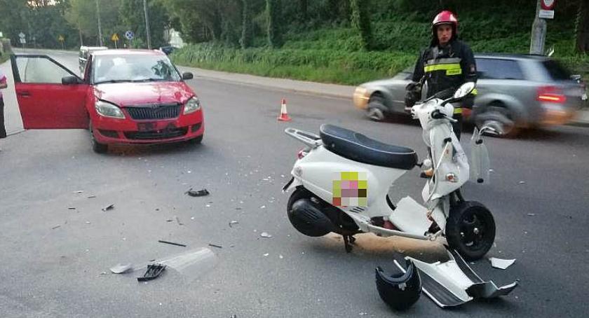 Wypadki drogowe, Ciechanowie latka uderzyła motorowerem samochód - zdjęcie, fotografia