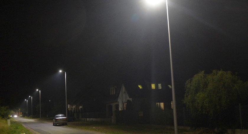 Inwestycje, osiedlu Płońska zaświeciły kolejne latarnie - zdjęcie, fotografia
