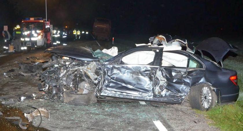 Wypadki drogowe, Mercedes uderzył ciągnik ciężarówkę [zdjęcia] - zdjęcie, fotografia