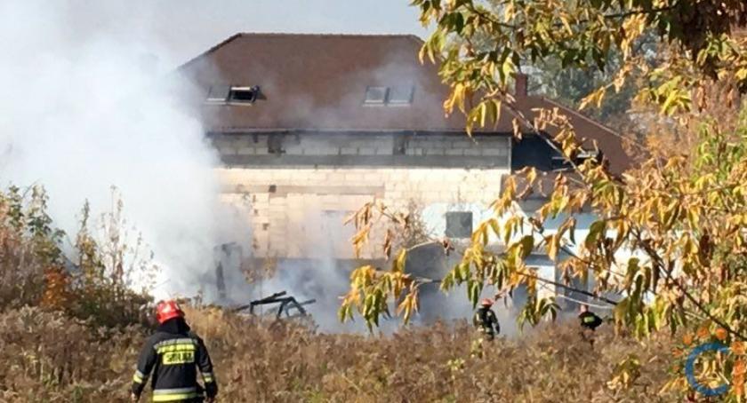Pożary, pobliżu supermarketu spłonął budynek - zdjęcie, fotografia