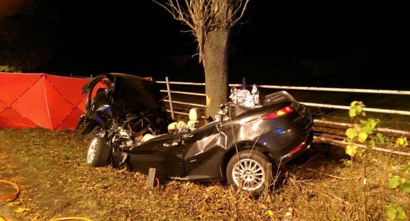 Wypadki drogowe, Kolejna tragedia drodze Romeo uderzyło drzewo Zginęły osoby - zdjęcie, fotografia