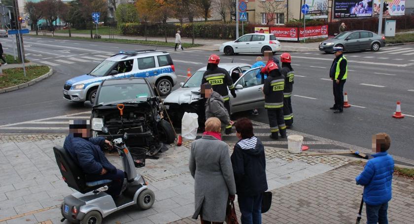 Wypadki drogowe, Zderzenie osobówek skrzyżowaniu centrum Ciechanowa [zdjęcia] - zdjęcie, fotografia