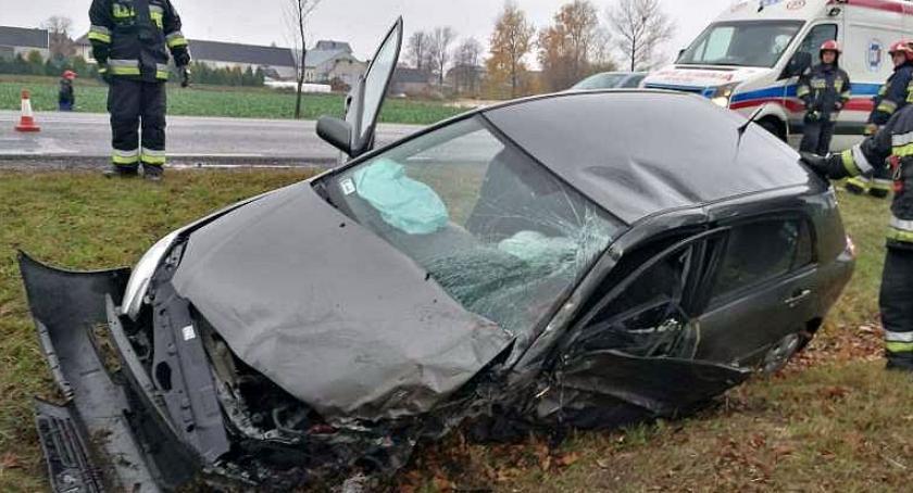 Wypadki drogowe, Toyota uderzyła ciężarówkę Ciechanowem [zdjęcia] - zdjęcie, fotografia